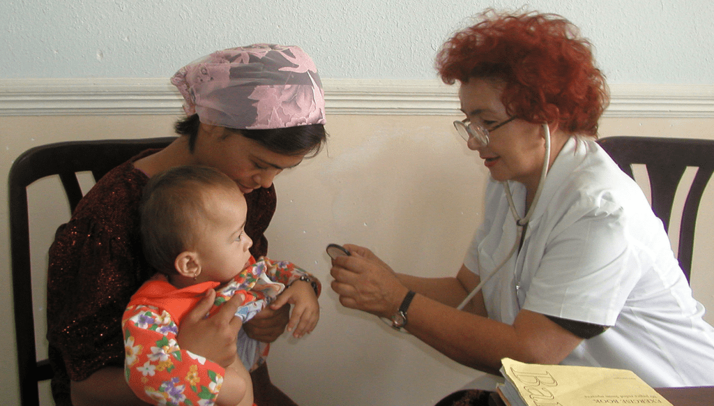 General practitioner at the Rural Care Centers examining a baby. Photo by Matluba Mukhamedova / World Bank, courtesy of Flickr Creative Commons.